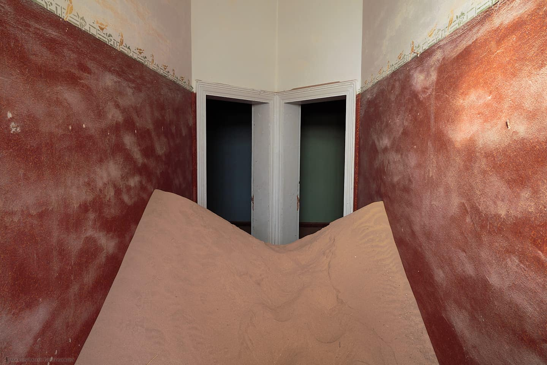 Brown-Walled Sandy Corridor